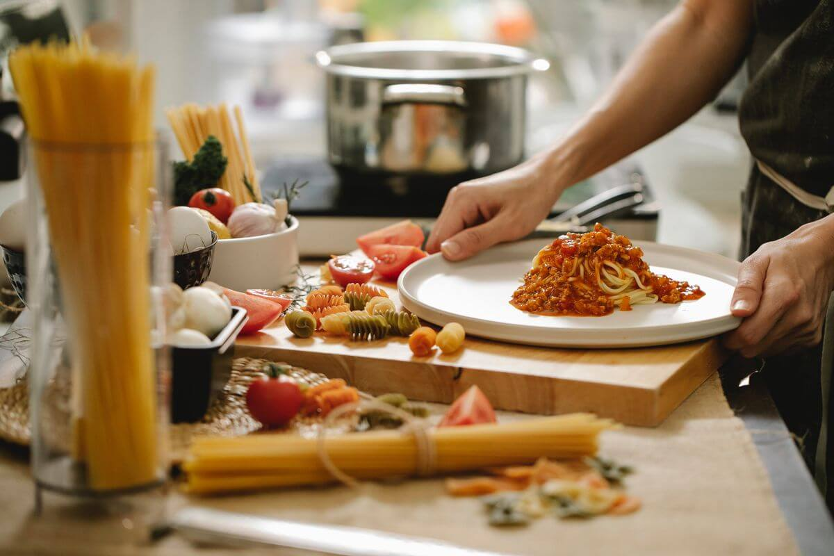 適時鼓勵給予對方正向回饋,「我到今天才發現你可以在這麼短的時間做出一桌子菜有夠厲害。」